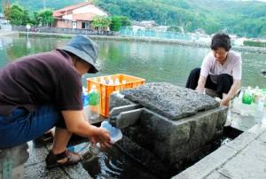 おいしい湧き水をくみに来る人が絶えない縫ノ池(朝日新聞)