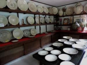 工房に展示されている小鹿田焼の陶器